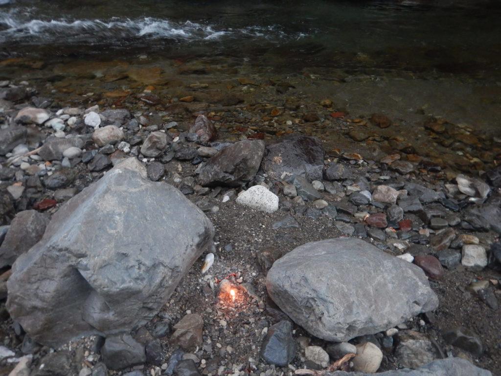 燃えた塔婆と川