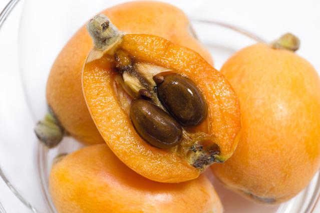 ビワの実と種